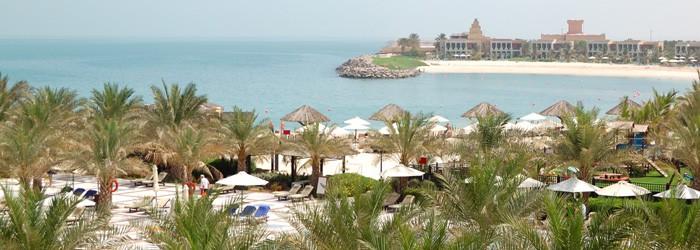 Ras al Khaimah: 1 Woche im 5-Sterne Hilton Resort & Spa inkl. Deluxe Zimmer mit Meerblick + Frühstück + Flug mit Emirates + Transfer um 799 Euro